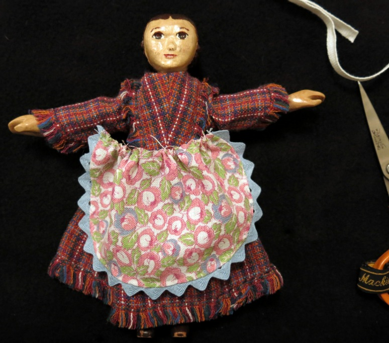 Fit the apron to your doll