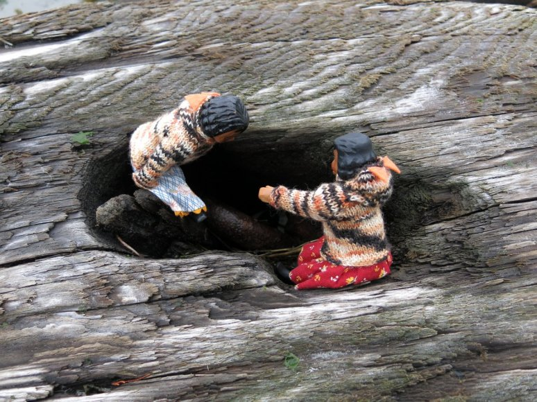 Boom log chain hole